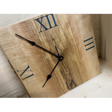 Designer Uhr mit blauen Zahlen